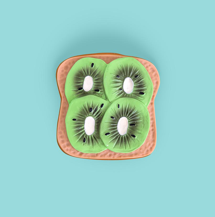 Mordedor en forma de tostada con kiwi